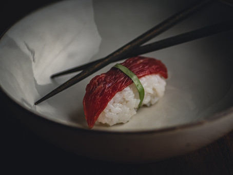 Nigiri, geparfumeerd met s72 Gin, met Simmental filet pur en dragon