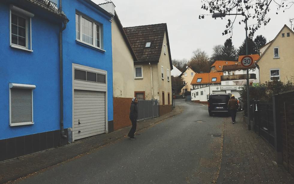 Muuttajat Frankfurtin kaduilla