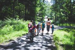 Einmal die Woche gehts mit allen Kindern in den Wald