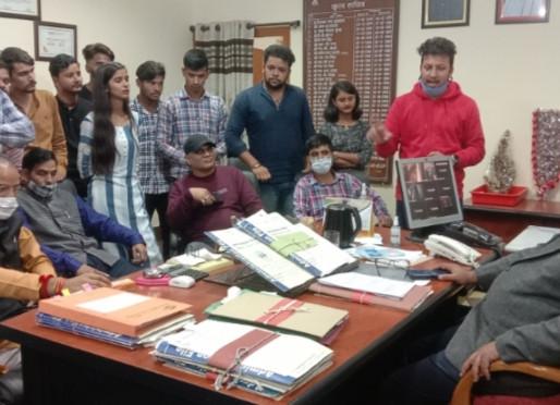 छात्र नेताओं ने कुलसचिव का किया घेराव...परीक्षाओं को लेकर जमकर काटा हंगामा