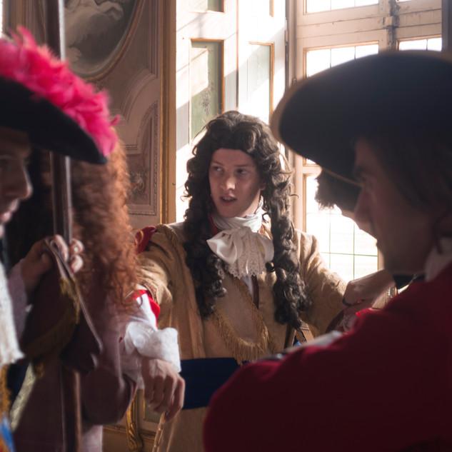 Michele Vico viene preparato con il costume e la parrucca di scena