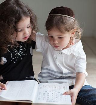 アルファベットを学ぶ子どもたち