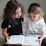알파벳을 공부하는 어린이