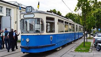 """münchen tram gelenkwagen Der 102er, der """"Tatzelwurm"""", im November 2015 bei seiner Erstvorstellung nach seiner Rückkehr nach München neben dem MVG-Museum.TRIEBWAGEN TYP P 1.65MVG Museum München tram FMTM"""