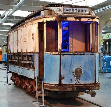 Die Wanderbücherei hatte bei ihrer Erstpräsentation im MVG-Museum im Oktober 2015 die grosse Ehre, ganz vorne zustehen, wo sonst immer der A-Wagen steht. Der Wanderbüchereiwagen im Sommer 1968 an der Langbehnstraße (heute: Stegener Weg) bei einer Fotosonderfahrt münchen tram