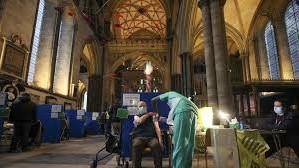 Marea Britanie vaccinează 140 de persoane pe minut, inclusiv în catedrale