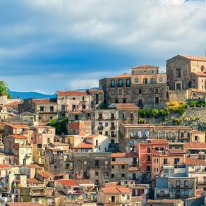 Un alt oraș din Italia vinde case la 1 euro