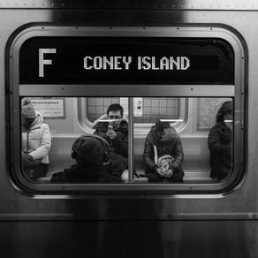 In metroul din New York se aud vocile vedetelor, care cer precautie in pandemie/VIDEO