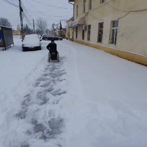 A ieșit la deszăpezit, deși trăiește într-un cărucior cu rotile