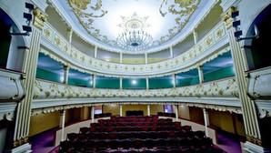 Unul dintre cele mai frumoase teatre din Romania, nu mai e, de fapt, Teatru / Fotoreportaj