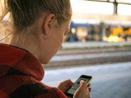 Pietonii care se uita in telefon cand traverseaza, ar putea fi amendati