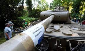 Un german a colectionat mai multe echipamente militare naziste, inclusiv o torpila si un tanc