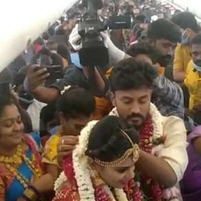 S-au casatorit in avion pentru a evita restrictiile COVID / VIDEO
