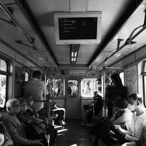 Nu vorbiți în autobuz sau metrou, pentru a evita răspândirea coronavirusului