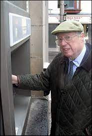 """Primul bancomat din lume- aparatul care """"scuipa bani"""" si """"inghitea carduri"""""""