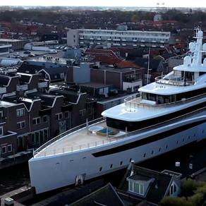 Un iaht uriaș s-a strecurat cu grijă pe canalele înguste ale Olandei / Foto + Video