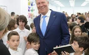 Președintele Klaus Iohannis a publicat o fotografie de când avea 17 ani