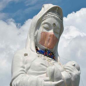 O statuie imensă din Japonia are, din această săptămână, o mască