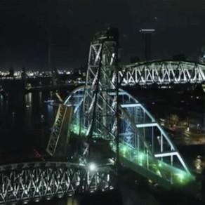 Spectacolul de pe râul care străbate Rotterdamul: Cum este transportat un pod uriaş