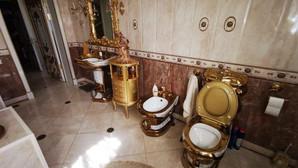 Toaleta suflată cu aur și mita dată unui colonel de poliție din Rusia/ Video+Foto