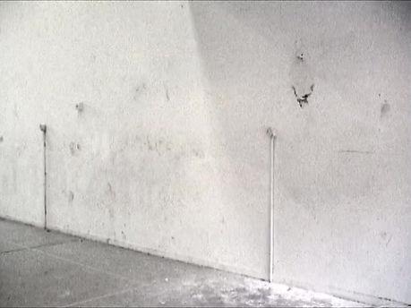 Aix-en Provence. Un jeune homme se tient devant un mur, à environ 3 ou 4 mètres. Sur ce mur, un clou. Il essaie à présent de lancer une casserole sur le mur, de sorte que celle-ci s'enfile parfaitement par le trou de la poignée sur le clou et y reste accrochée.  Impossible, cela ne réussira jamais, pense-t-on aussitôt. Pourtant, au premier essai, cela marche, l'incroyable s'accomplit et la casserole pend sur le mur. Fin. C'est si peu, si marginal, si court. Mais en même temps combien est précise, importante et forte la problématique soulevée par cette action. Un coup de chance, peut-on penser, ou un coup unique, mais qui, lié à cette situation, résulte d'un détail quasiment extra-terrestre, hors du temps et de l'espace. Une situation, une situation d'exception identique à celle de l'art situationniste d'un Navratil ou la situation d'exception d'un workshop intensif.  Erwin Wurm.