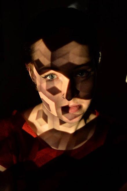 Lichtkunst im Gesicht einer jungen Frau.