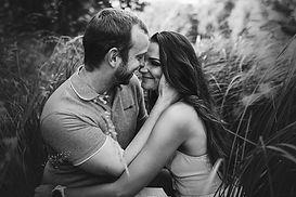 smějící se pár v trávě