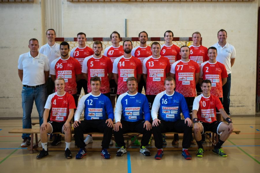 Head Coach Christoph Tschannen (on the left) with the 1st men's league of the HCE.