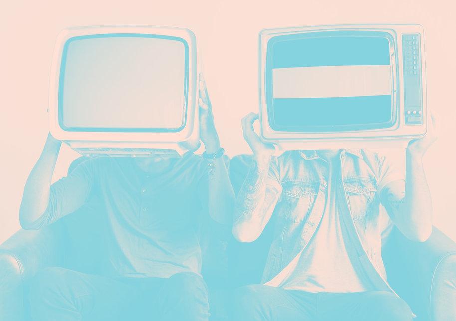 Zwei Personen mit TV's am Hals
