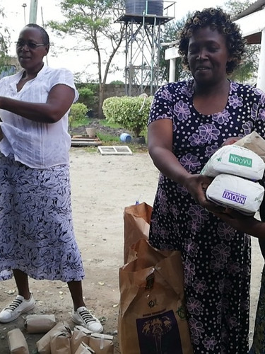 Handing out foodpackages