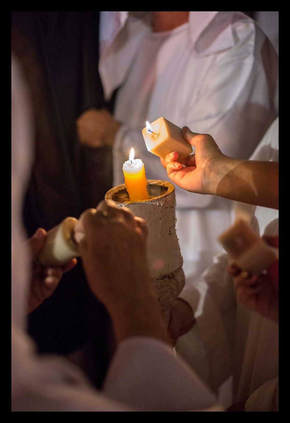 Quadro Colaboração - Velas sendo acessas durante a procissão das Almas em Mariana (MG)
