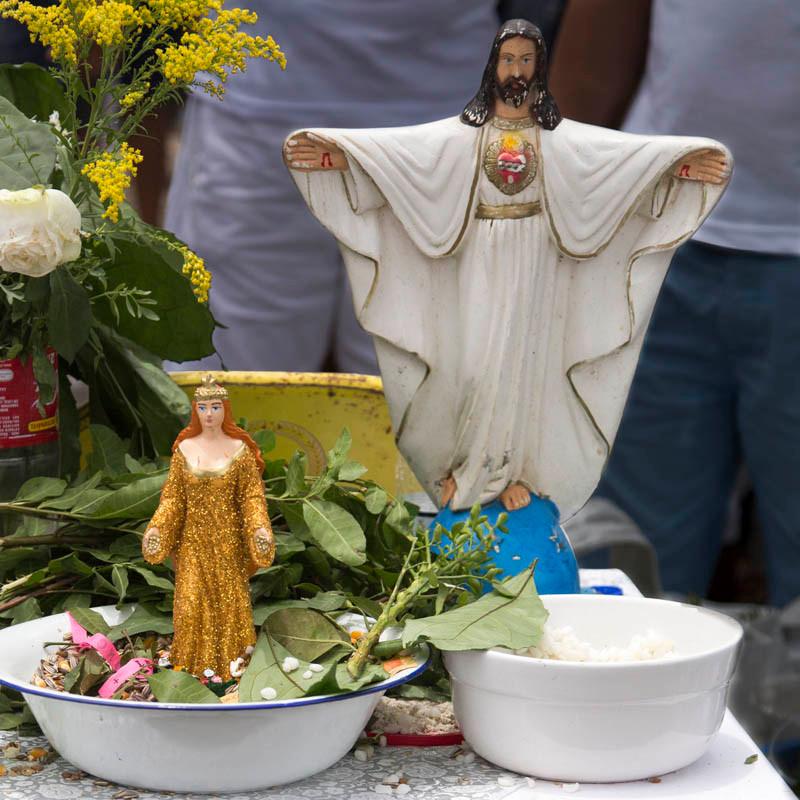 Imagem de Jesus e de Iemanjá em altar de rua na Lavagem do Senhor do Bonfim em Salvador
