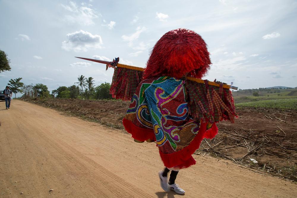 Caboclo de lança em estrada na zona rural de Nazaré da Mata (PE)