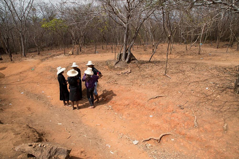 Meninas romeiras conversando na trilha do Santo Sepulcro, em Juazeiro do Norte, Ceará, durante a Romaria de Finados em homenagem ao Padre Cícero