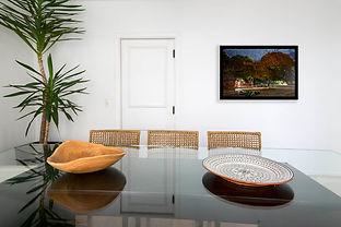 Sala de jantar com foto da festa da batata dos índios Krahos