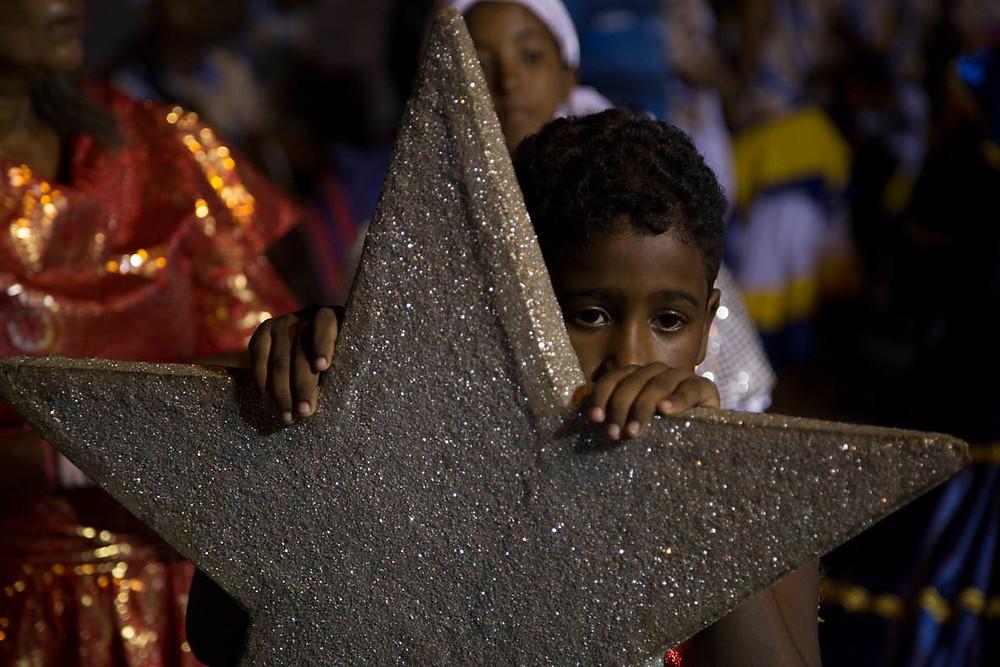 Menino espera o momento da participação do seu grupo de Maracatu Nação durante a Noite dos Tambores Silenciosos