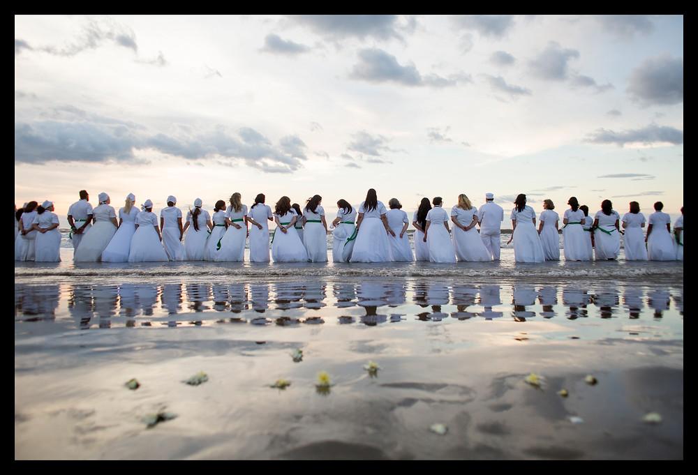 Fieis na praia durante a festa de Iemanjá