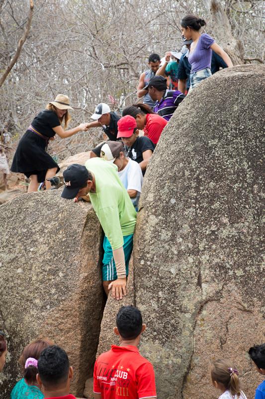 Romeiros do Padre Cícero passam pela fenda das rochas no Santo Sepulcro em Juazeiro do Norte, Ceará