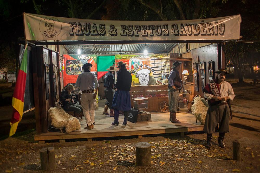 Loja de facas e espetos no acampamento Farroupilha de Porto Alegre