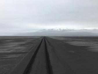 Trilha na praia de areia preta