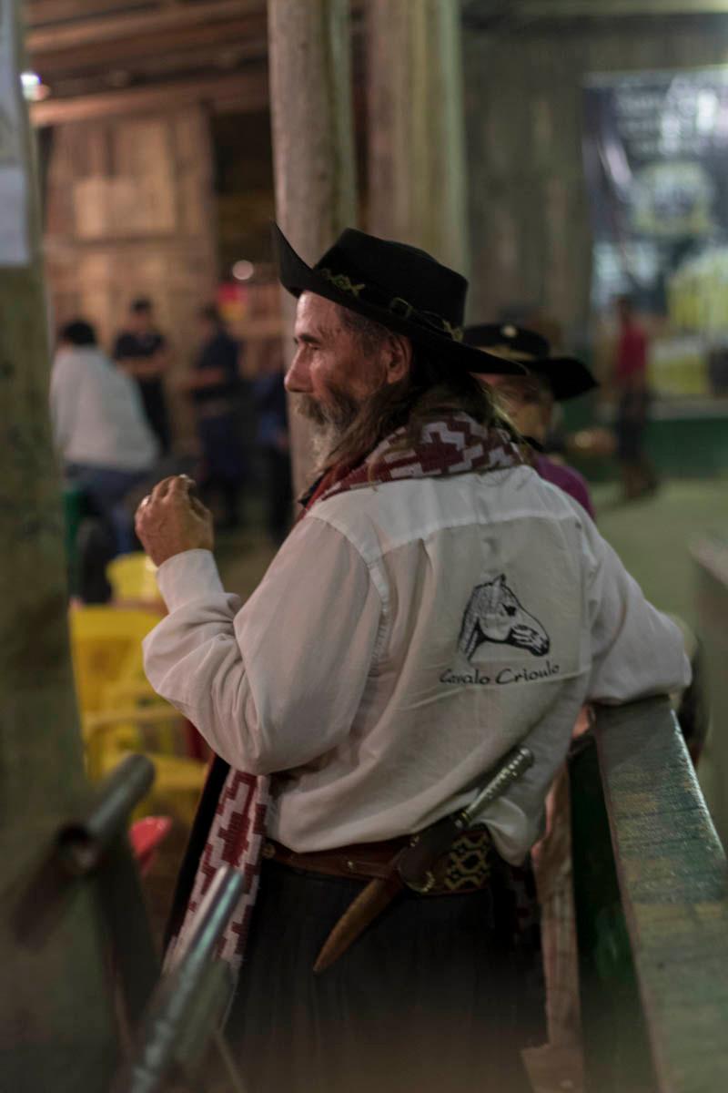 Gaúcho assiste a uma partida de bocha durante o acampamento Farroupilha em Porto Alegre