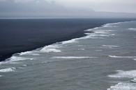 O mar e a praia de areia preta