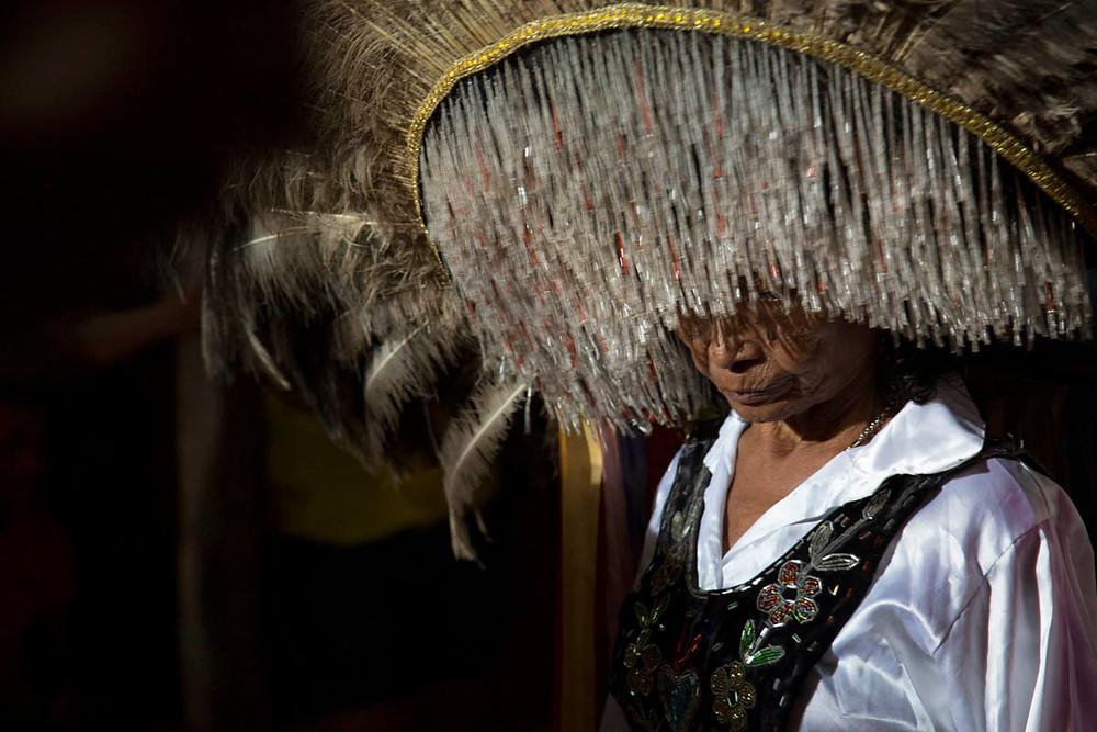 Uma senhora maranhense com sua complexa indumentária na festa do Bumba meu Boi no interior do Maranhão
