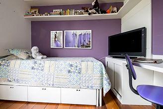 Dormitório com fotos de anjos da festa Semana Santa