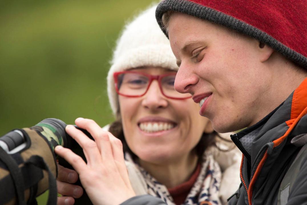 fotografando Puffins com um binóculo