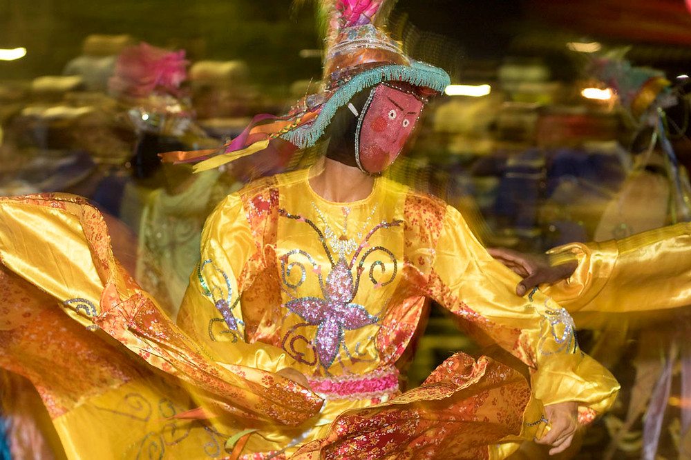 Personagem Dama da festa dos Mascarados da Noite da Iluminação em Poconé (MT)