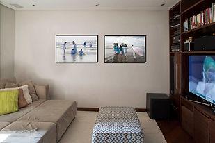 sala de TV com fotos da festa de Iemanjá na Praia Grande