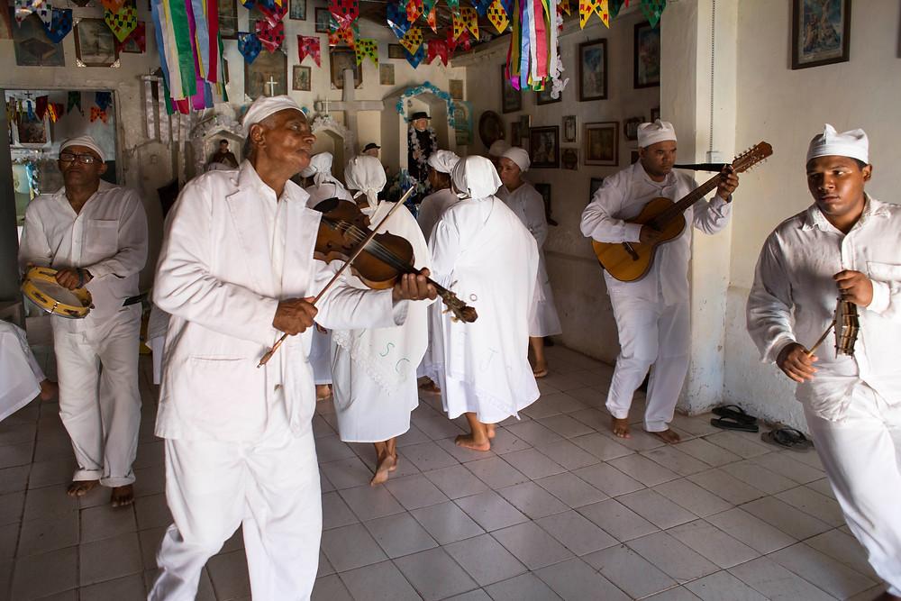 Grupo de Dança de São Gonçalo de Santa Brígida (BA), composto por 4 homens e 6 mulheres dança em Juazeiro do Norte