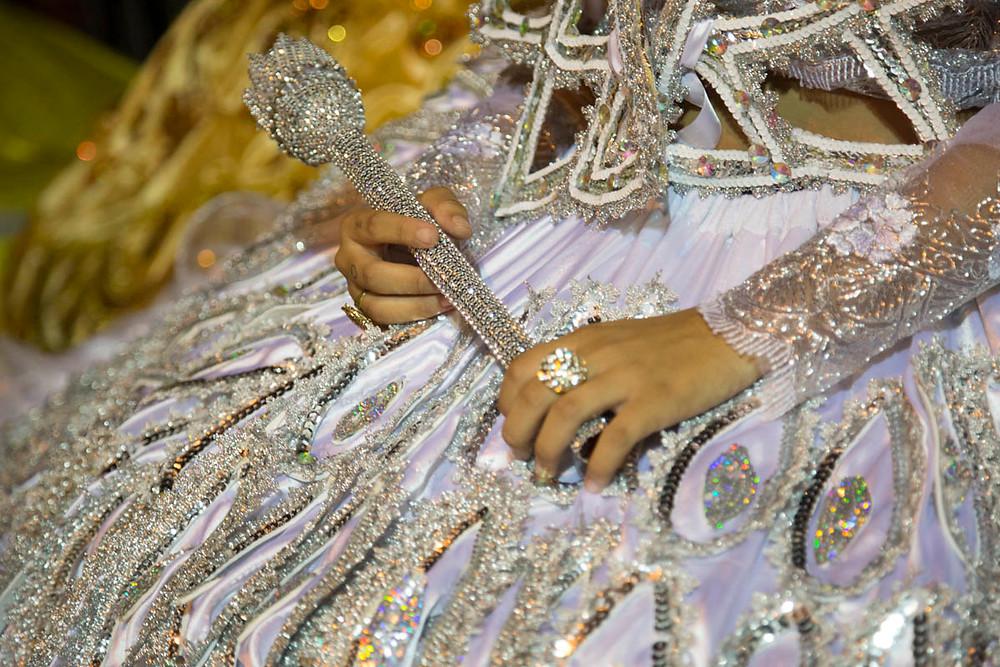 Detalhe da indumentária de uma princesa do Maracatu Nação na Noite dos Tambores Silenciosos