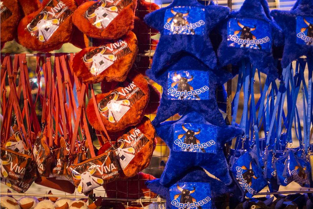 Lembrancinhas vermelhas e azuis igualmente distribuídas nas barraquinhas da cidade de Parintins para o Festival do Boi Bumbá